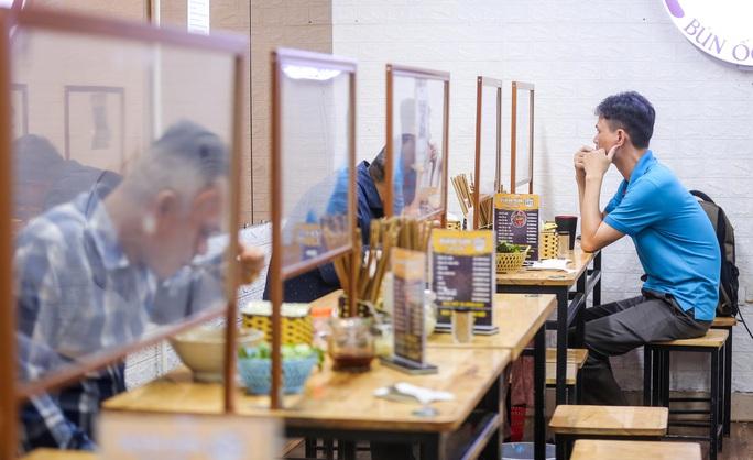 CLIP: Nườm nượp người dân đến ăn sáng tại quán ở Hà Nội - Ảnh 6.