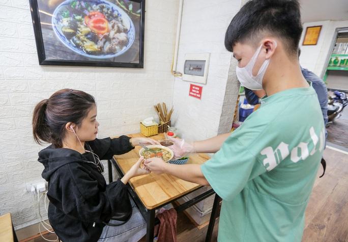 CLIP: Nườm nượp người dân đến ăn sáng tại quán ở Hà Nội - Ảnh 9.