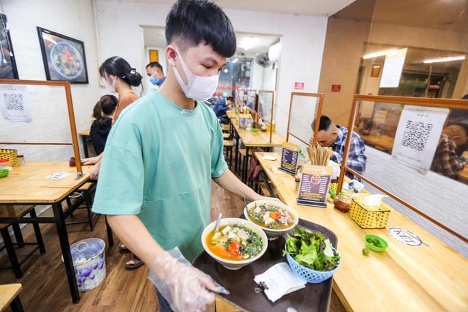 CLIP: Nườm nượp người dân đến ăn sáng tại quán ở Hà Nội - Ảnh 8.