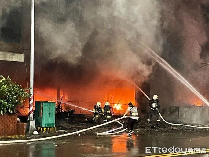 Đài Loan: Nổ lớn, tòa nhà 13 tầng cháy suốt đêm, 46 người chết - Ảnh 1.
