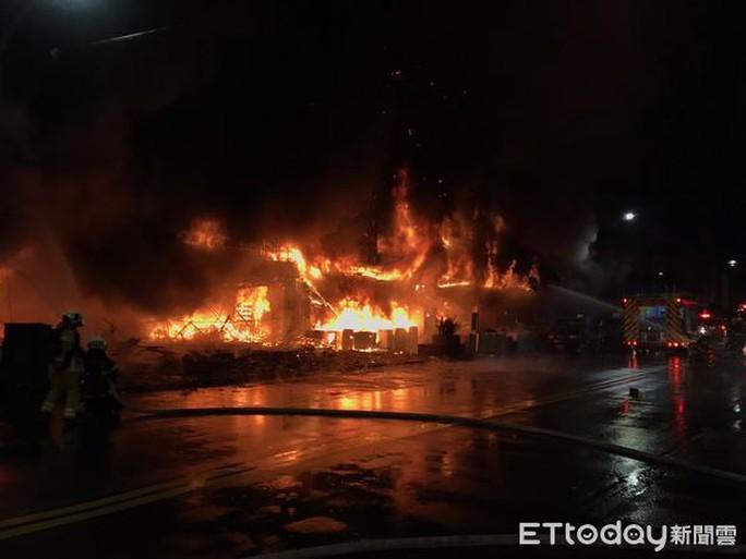 Đài Loan: Nổ lớn, tòa nhà 13 tầng cháy suốt đêm, 46 người chết - Ảnh 2.