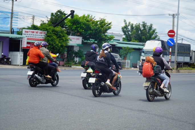 CSGT dẫn đường cho gần 2.000 người Ninh Thuận chạy xe máy về quê - Ảnh 3.