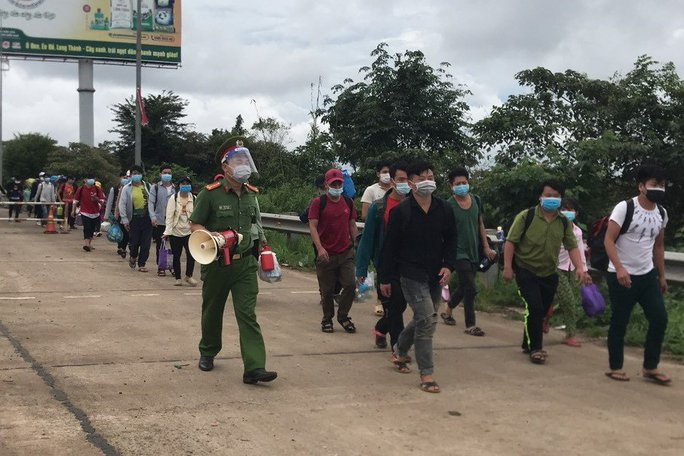 Các tỉnh thay phiên nhau hỗ trợ gần 500 người đi bộ về quê - Ảnh 1.
