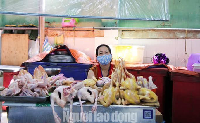 Đà Nẵng: Chợ truyền thống đìu hiu, hàng trăm tiểu thương mỏi mòn chờ khách - Ảnh 2.