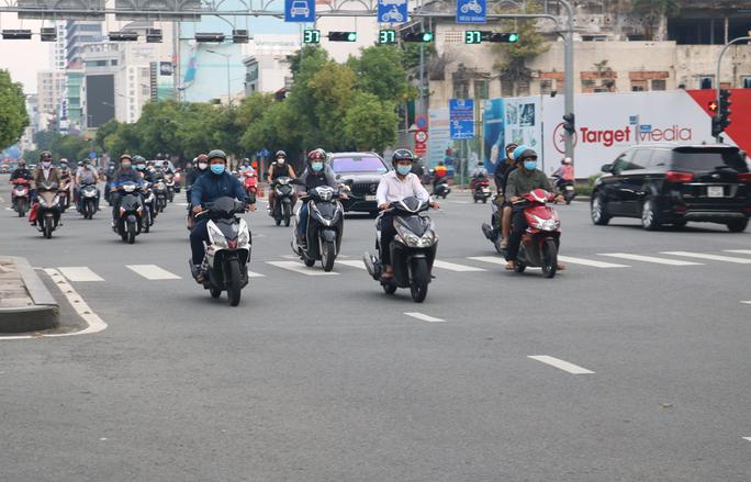 Người dân quay lại làm việc, đường phố TP HCM đông nghẹt ngày đầu tuần - Ảnh 9.