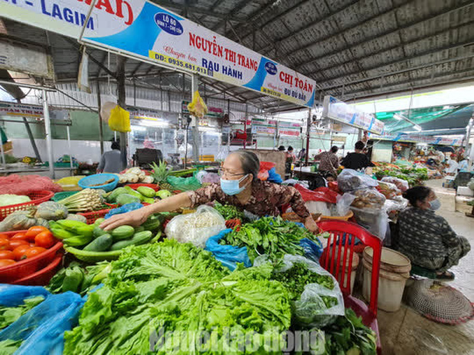 Đà Nẵng: Chợ truyền thống đìu hiu, hàng trăm tiểu thương mỏi mòn chờ khách - Ảnh 7.