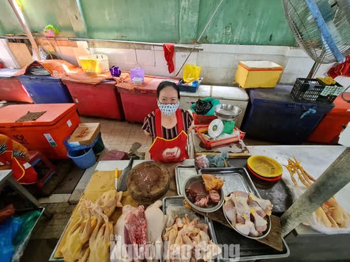 Đà Nẵng: Chợ truyền thống đìu hiu, hàng trăm tiểu thương mỏi mòn chờ khách - Ảnh 3.