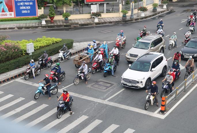 Người dân quay lại làm việc, đường phố TP HCM đông nghẹt ngày đầu tuần - Ảnh 8.