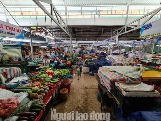 Đà Nẵng: Chợ truyền thống đìu hiu, hàng trăm tiểu thương mỏi mòn chờ khách - Ảnh 5.