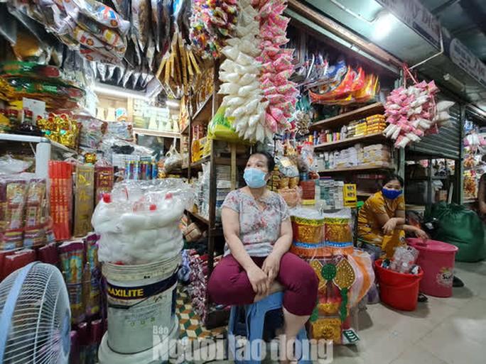 Đà Nẵng: Chợ truyền thống đìu hiu, hàng trăm tiểu thương mỏi mòn chờ khách - Ảnh 8.