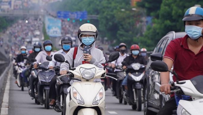 Người dân quay lại làm việc, đường phố TP HCM đông nghẹt ngày đầu tuần - Ảnh 20.
