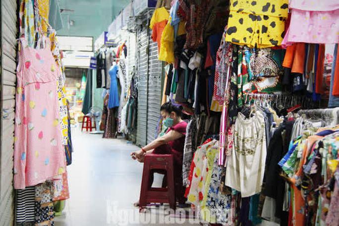 Đà Nẵng: Chợ truyền thống đìu hiu, hàng trăm tiểu thương mỏi mòn chờ khách - Ảnh 11.