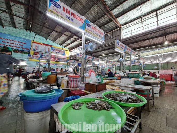 Đà Nẵng: Chợ truyền thống đìu hiu, hàng trăm tiểu thương mỏi mòn chờ khách - Ảnh 4.