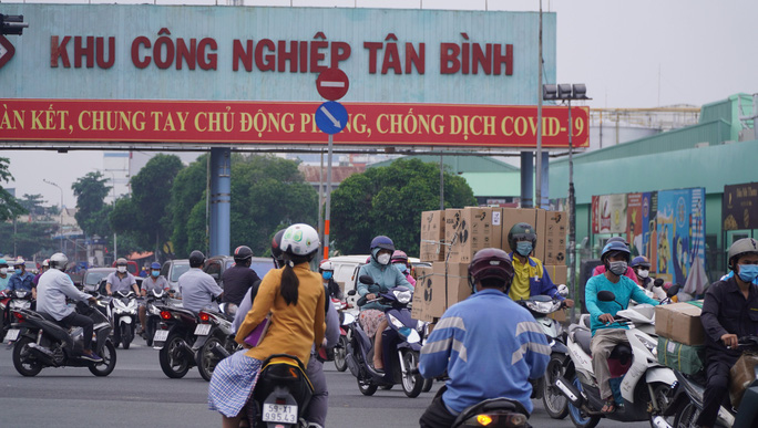 Người dân quay lại làm việc, đường phố TP HCM đông nghẹt ngày đầu tuần - Ảnh 15.