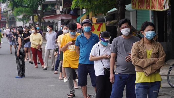 Người dân quay lại làm việc, đường phố TP HCM đông nghẹt ngày đầu tuần - Ảnh 18.
