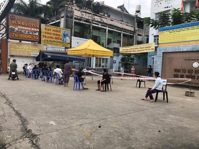 Người dân quay lại làm việc, đường phố TP HCM đông nghẹt ngày đầu tuần - Ảnh 14.
