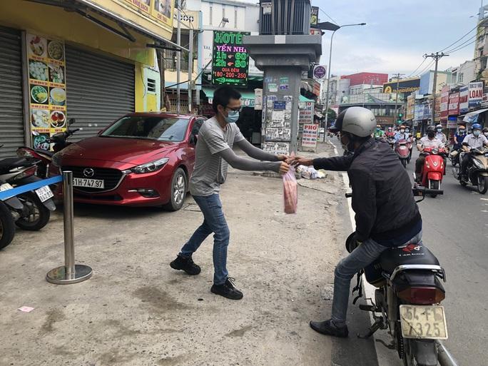 Người dân quay lại làm việc, đường phố TP HCM đông nghẹt ngày đầu tuần - Ảnh 12.