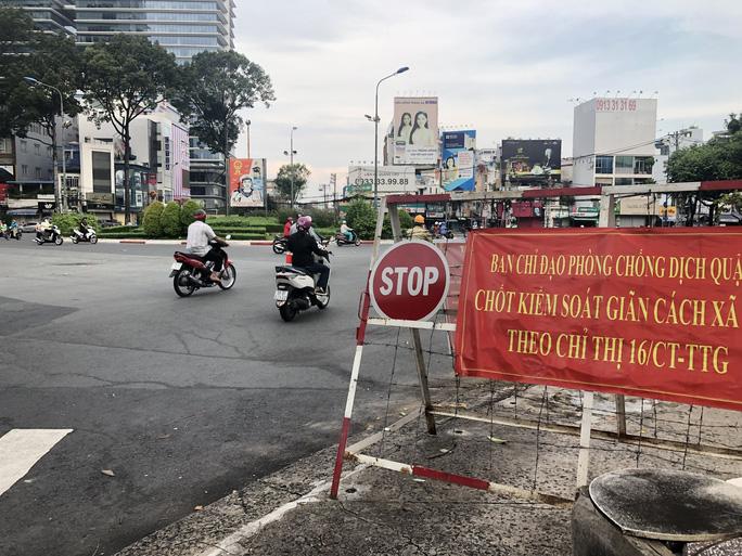 Người dân quay lại làm việc, đường phố TP HCM đông nghẹt ngày đầu tuần - Ảnh 10.