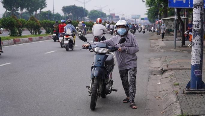 Người dân quay lại làm việc, đường phố TP HCM đông nghẹt ngày đầu tuần - Ảnh 16.