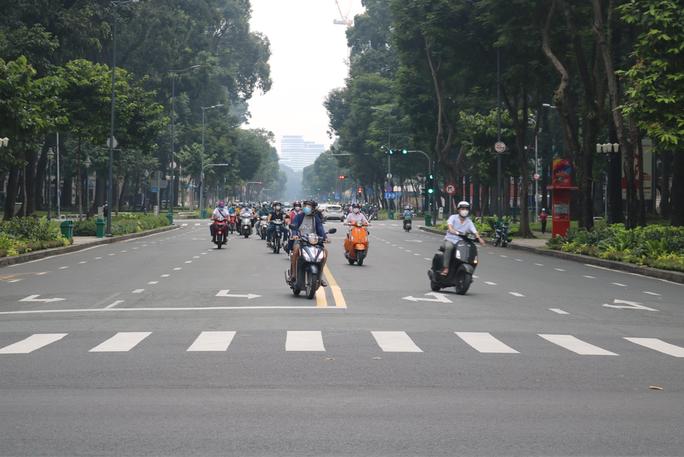 Người dân quay lại làm việc, đường phố TP HCM đông nghẹt ngày đầu tuần - Ảnh 11.