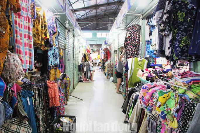 Đà Nẵng: Chợ truyền thống đìu hiu, hàng trăm tiểu thương mỏi mòn chờ khách - Ảnh 10.