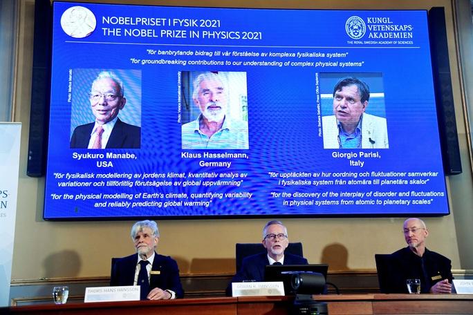 3 nhà khoa học chia nhau giải Nobel Vật lý 2021 - Ảnh 1.