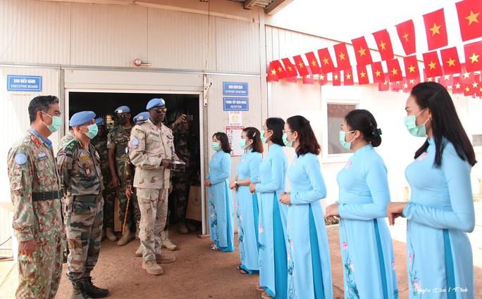 Đoàn Cố vấn quân sự Liên Hiệp Quốc làm việc với bệnh viện dã chiến Việt Nam - Ảnh 8.