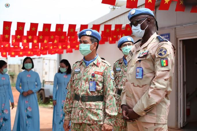 Đoàn Cố vấn quân sự Liên Hiệp Quốc làm việc với bệnh viện dã chiến Việt Nam - Ảnh 9.