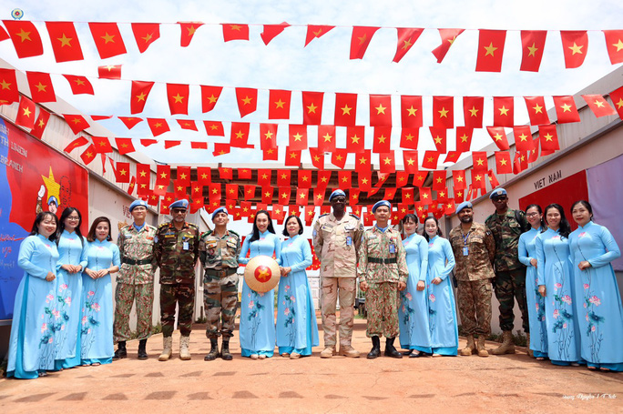 Đoàn Cố vấn quân sự Liên Hiệp Quốc làm việc với bệnh viện dã chiến Việt Nam - Ảnh 10.