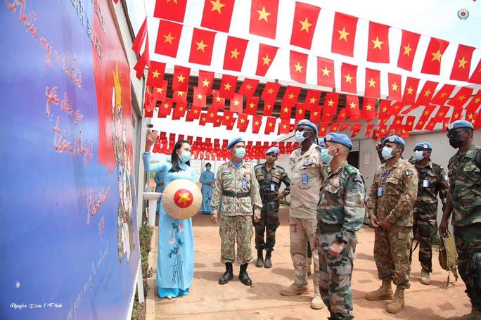 Đoàn Cố vấn quân sự Liên Hiệp Quốc làm việc với bệnh viện dã chiến Việt Nam - Ảnh 11.
