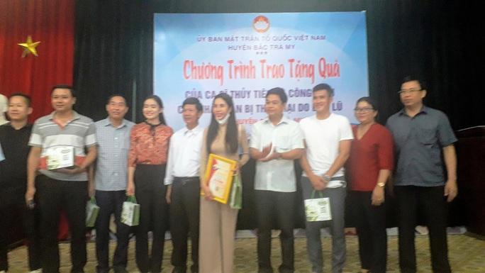 Ca sĩ Thủy Tiên trao tiền hỗ trợ người dân Quảng Nam rất minh bạch - Ảnh 1.