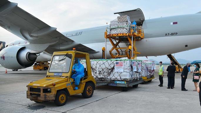 Thêm 397.800 liều vắc-xin Pfizer Mỹ viện trợ về đến Hà Nội - Ảnh 1.