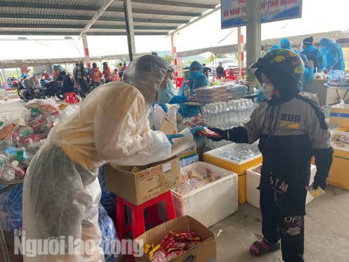 Người dân về quê qua Đà Nẵng được tặng từ đôi dép đến xe máy - Ảnh 9.