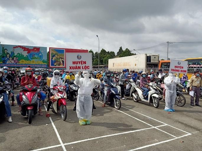Đồng Nai đã đón hơn 2.400 người từ TP HCM, Bình Dương về quê - Ảnh 2.