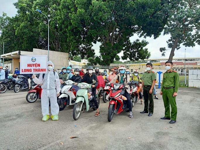Đồng Nai đã đón hơn 2.400 người từ TP HCM, Bình Dương về quê - Ảnh 4.