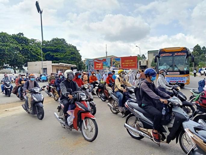 Người lao động được sử dụng ôtô cá nhân đi lại giữa Đồng Nai và TP HCM - Ảnh 1.