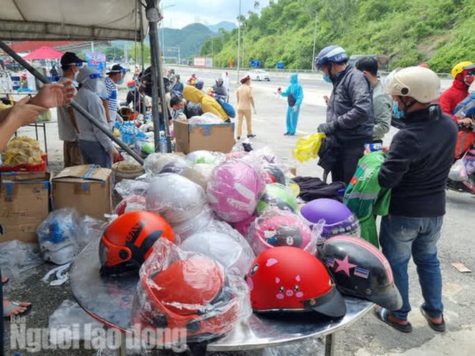 Người dân về quê qua Đà Nẵng được tặng từ đôi dép đến xe máy - Ảnh 3.