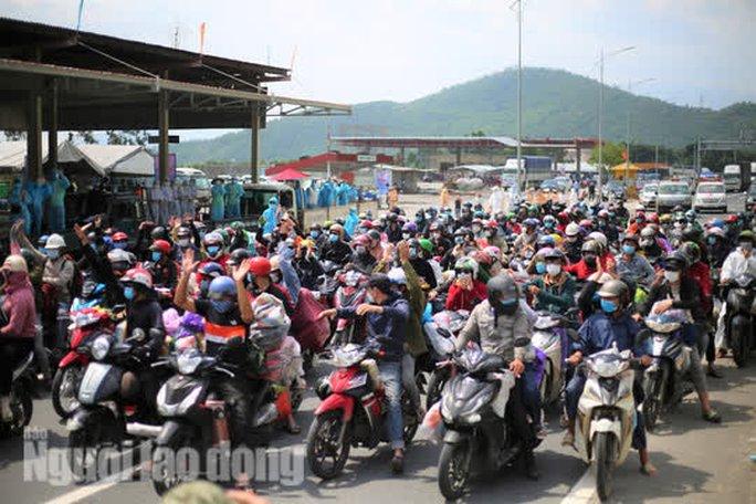 Người dân về quê qua Đà Nẵng được tặng từ đôi dép đến xe máy - Ảnh 14.