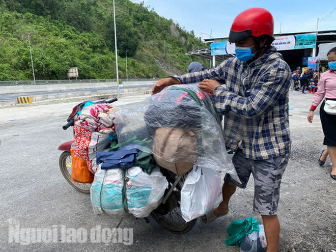 Người dân về quê qua Đà Nẵng được tặng từ đôi dép đến xe máy - Ảnh 12.