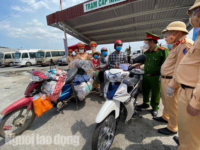 Người dân về quê qua Đà Nẵng được tặng từ đôi dép đến xe máy - Ảnh 11.