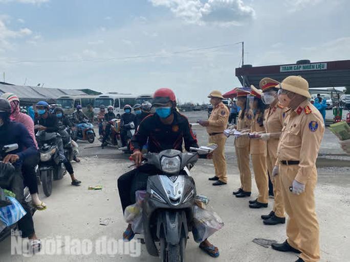 Người dân về quê qua Đà Nẵng được tặng từ đôi dép đến xe máy - Ảnh 10.