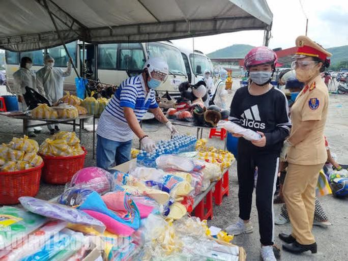 Người dân về quê qua Đà Nẵng được tặng từ đôi dép đến xe máy - Ảnh 1.