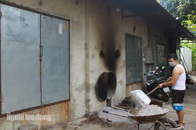 Lò sấy cau của một điểm thu mua ở xã Minh Sơn, huyện Ngọc Lặc. Mỗi tháng cơ sở này thu mua khoảng 150-200 tấn cau tươi rồi sấy khô để xuất sang Trung Quốc. Theo tính toán, trừ hết các chi phí gia đình đại lý này thu về khoảng 500-700 triệu đồng
