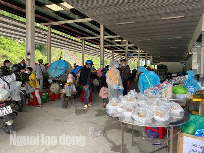 Người dân về quê qua Đà Nẵng được tặng từ đôi dép đến xe máy - Ảnh 7.
