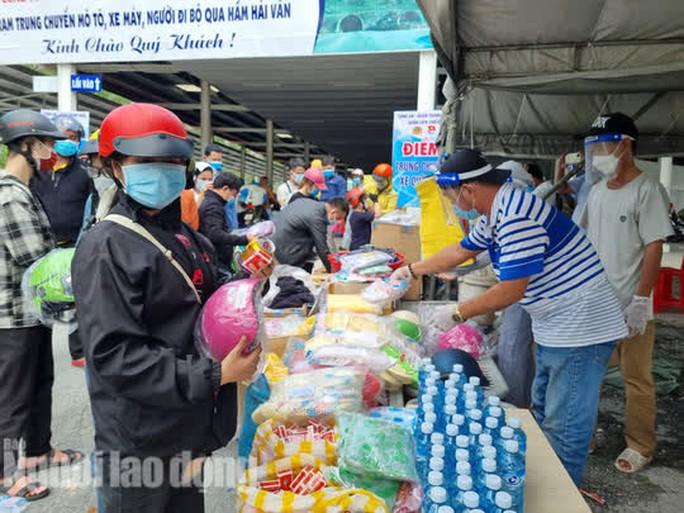 Người dân về quê qua Đà Nẵng được tặng từ đôi dép đến xe máy - Ảnh 4.