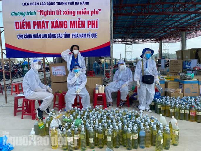 Người dân về quê qua Đà Nẵng được tặng từ đôi dép đến xe máy - Ảnh 13.
