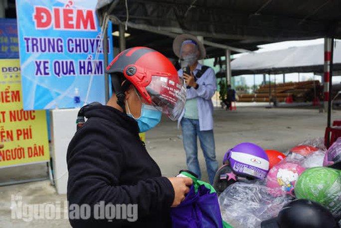 Người dân về quê qua Đà Nẵng được tặng từ đôi dép đến xe máy - Ảnh 5.