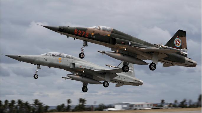 Đài Loan: Hai chiến đấu cơ va chạm, phi công tử nạn - Ảnh 1.