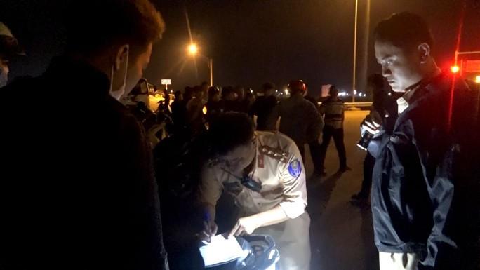 Đêm khuya, Phó Giám đốc Công an Bình Định đến hiện trường chỉ đạo vây bắt nhóm đua xe trái phép - Ảnh 1.