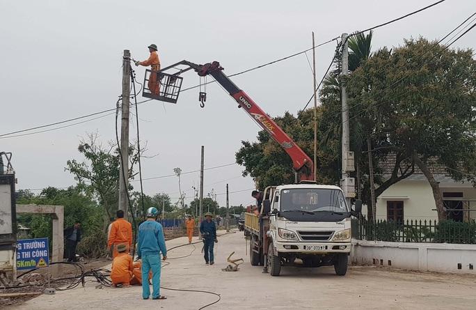 Hơn 40 cột điện mọc giữa đường giăng bẫy người đi đường đã được di dời - Ảnh 3.